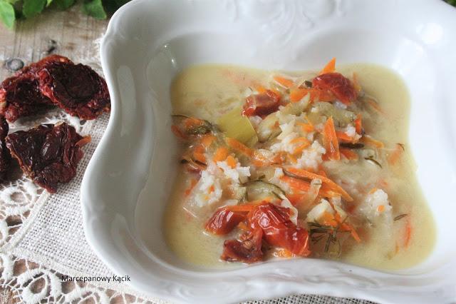 Zupa ogórkowa z pomidorami suszonymi